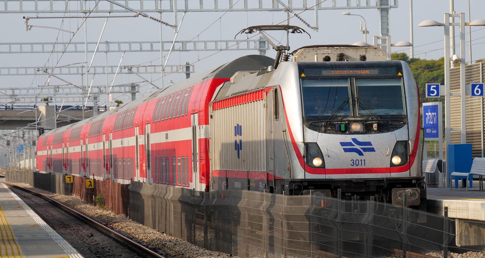 רכבת חשמלית בתחנה בהרצליה