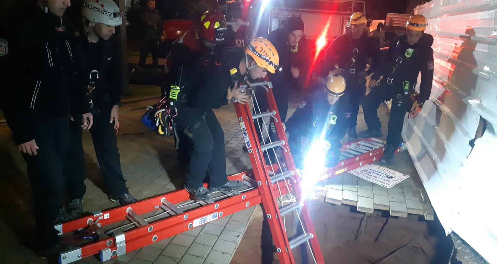 בתמונה: חילוץ הנער מתוך הבור. צילום: באדיבות כיבוי אש הרצליה