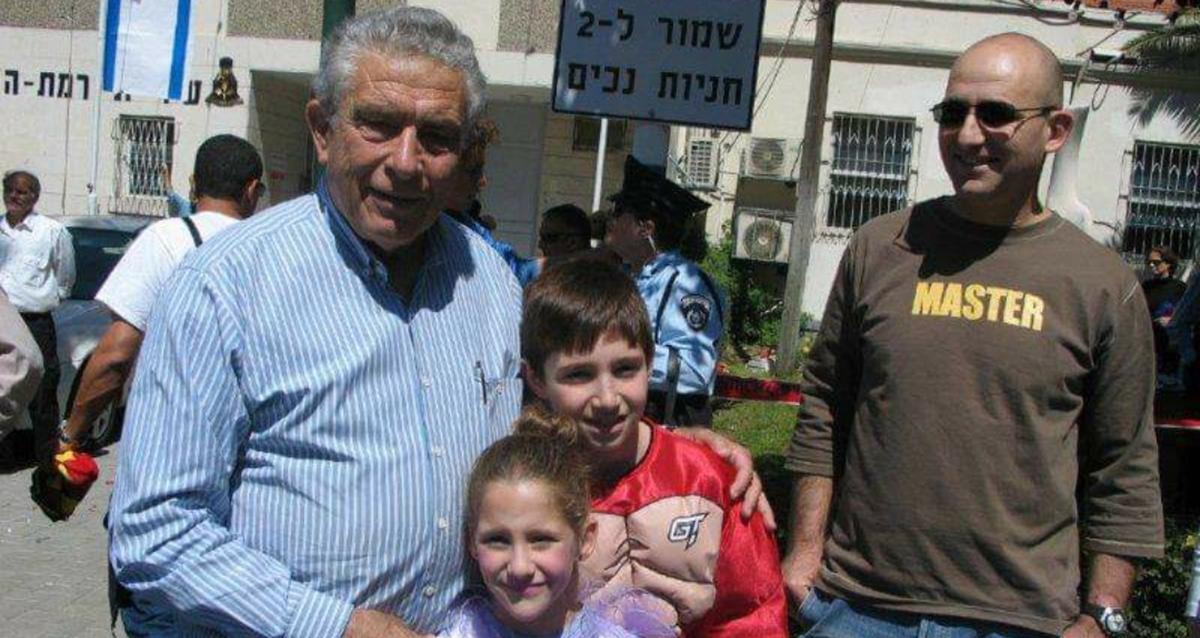 """מאיר דורון ז""""ל עם בנו אריק והנכדים"""