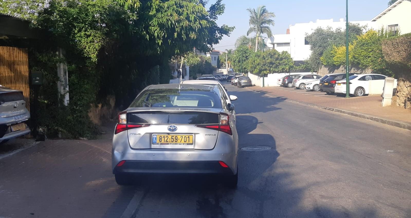 רכב חוסם חניה ברחוב הוז הרצליה