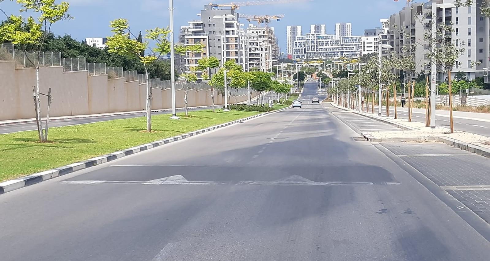 פס האטה בכביש המחבר בין שכונת גליל ים לשכונת נווה ישראל. בקושי נראה
