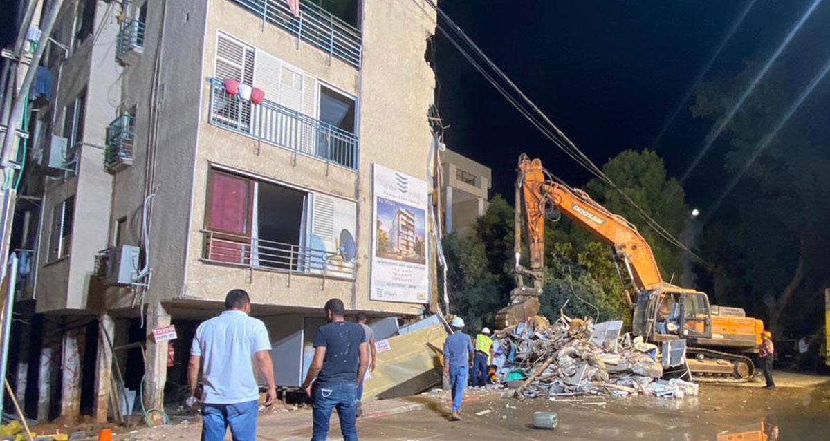 טרקטור הורס את הבניין ששקע ברעננה